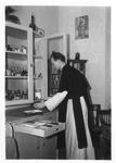 265067 Kruisheer Ton Lafeber is bezig in de medicijnkast, vermoedelijk in het klooster te St. Agatha