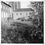 265068 Het tuintje van Sluis, met zicht op de achterzijde van het klooster en de kloosterkapel te St. Agatha