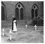 265073 Kruisheer Martien van Eik op het kerkhof van het klooster te St. Agatha