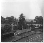 265074 Zicht vanuit de achterkant van de voorbouw van het klooster op het tennisveld en schuurtje te St. Agatha