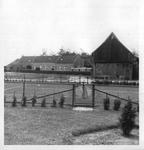 265082 De boerderij met schuur, het tennisveld en op de achtergrond het poortgebouw van het klooster te St. Agatha