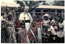 236069 Bezoek van generaal-overste Leo Deschatellets o.m.i. aan Suriname