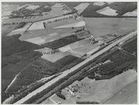 Gebied tussen de boerderij van familie weduwe J. Veldhuizen en Valkenheide.Van linksonder schuin naar boven lopen ...