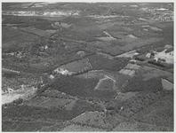 Luchtfoto van de bosrijke omgeving van Maarn. Boven van links naar rechts A12 en spoorbaan.Rechtsboven het dorp ...