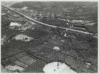 Van linksboven naar rechtsmidden A12 en spoorlijn, linksboven de kern van Maarn.Van linksonder naar rechtsboven de ...