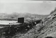Zanderij, arbeiders scheppen zand in de wagons