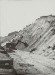 Zanderij, zandwinning met de stoomschop. Arbeiders maken bressen waardoor instortingen worden voorkomen