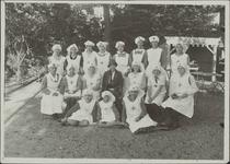 Foto genomen ter gelegenheid van een in de jaren dertig gehouden collecte ten bate van het Nederlandsche Roode ...