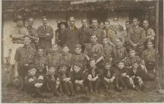 Padvindersgroep uit 1936 bij de ingebruikneming van clubhuis De Boshut op het terrein van de Zonheuvel in ...