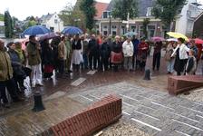 Onthulling van het kunstwerk Het Lichtpad: ontwerpster Marijn te Kolsté (rechts) geeft toelichting bij het kunstwerk