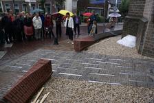 Onthulling van het kunstwerk Het Lichtpad: ontwerpster Marijn te Kolsté (midden) geeft toelichting bij het kunstwerk