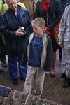 Onthulling van het kunstwerk Het Lichtpad: een jongetje vertelt bij het info bord over het kunstwerk
