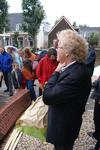 Onthulling van het kunstwerk Het Lichtpad: wethouder Koudijs houdt een toespraak