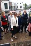 Onthulling van het kunstwerk Het Lichtpad: kunstenares Marijn te Kolsté luistert met anderen naar toespraak van de ...