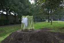 Onthulling van het kunstwerk Het Onzichtbare Kasteel: het nog ingepakte werk op een heuveltje