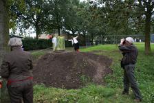 Onthulling van het kunstwerk Het Onzichtbare Kasteel: kunstenares Marijn te Kolsté onthult het werk