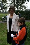 Onthulling van het kunstwerk Het Onzichtbare Kasteel: een jongen leest een tekst voor, staande naast kunstenares ...