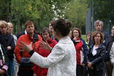 Onthulling van het kunstwerk Het Onzichtbare Kasteel: kunstenares Marijn te Kolsté geeft uitleg aan de belangstellenden