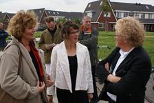 Onthulling van het kunstwerk Paard Met Haan: wethouder Koudijs in gesprek met kunstenares Marijn te Kolsté en José ...