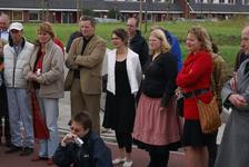 Onthulling van het kunstwerk Paard Met Haan: kunstenares Marijn te Kolsté luistert met anderen naar toespraak van de ...