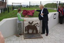 Onthulling van het kunstwerk Paard Met Haan: wethouder Koudijs en Marijn onthullen het kunstwerk