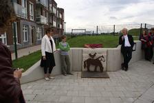 Onthulling van het kunstwerk Paard Met Haan: kunstenares Marijn te Kolsté met Marijn en wethouder Koudijs bij het kunstwerk