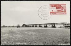 De spoorbrug naar Culemborg met voorop opgeplakt de Zomerpostzegel van die brug (gestempeld 1968)