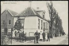 Het nu gesloopte huis Rustenburg met poserende mensen ervoor