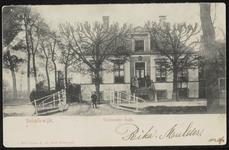 Het nu gesloopte huis Rustenburg met poserende mensen op de trap en een kind op de voorliggende brug