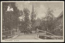 De Brink met vijf kinderen die net over de brug staan. Op de achtergrond de Nederlandse-hervormde kerk
