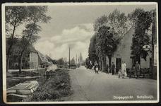 De weg langs de Schalkwijkse wetering met in de verte de rooms-katholieke kerk en links de Brink