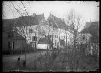 073 - Het klooster op de achtergrond verscholen achter een aantal bomen.