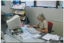 13466 - Mevr. Tineke Stam, dorpsarchivaris van Ermelo, in het gemeentehuis aan het werk