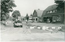 1068 - Groot onderhoud van de Fokko Kortlanglaan nabij de kruising Horsterweg-Zeeweg. Eerste pand rechts: ...