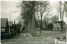 1420 - Links de Nieuwe Hervormde Kerk en rechts het Arie van der Meijdenplein. In het grote huis rechts (Horsterweg 20) ...
