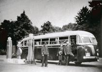 9242 - Bij de Veluwsche Autodienst werd altijd gestopt. De chauffeur en de conductrice staan naast de bus van het merk ...