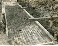 751_012 Het storten van beton in het bewapeningsijzer voor de fundatie voor de kranen 26 februari 1935