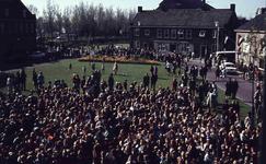 DIA41593 Spijkenisse; ; Volkszang voor het gemeentehuis tijdens Koninginnedag, 30 april 1966