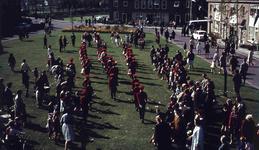 DIA41594 Spijkenisse; ; Volkszang en muziek voor het gemeentehuis tijdens Koninginnedag, 30 april 1966