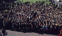 DIA41595 Spijkenisse; ; Volkszang voor het gemeentehuis tijdens Koninginnedag, 30 april 1966