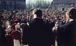 DIA41596 Spijkenisse; ; Volkszang voor het gemeentehuis tijdens Koninginnedag, 30 april 1966