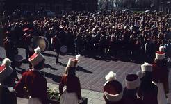 DIA41597 Spijkenisse; ; Volkszang en muziek voor het gemeentehuis tijdens Koninginnedag, 30 april 1966