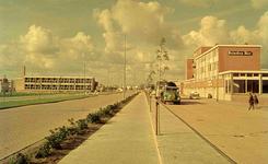 DIA41668 Spijkenisse; ; De Winston Churchilllaan en rechts het Winkelcentrum 't Plateau, September 1963