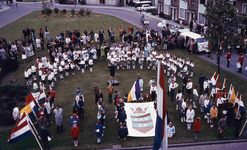 DIA42154 Spijkenisse; ; Kinderen met vlaggen en een zangkoor op het grasveld voor het gemeentehuis, ca. 1975