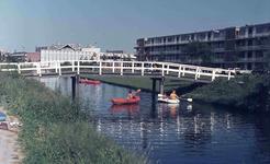 DIA42461 ; Jeugd speelt met kano's in de singel, ca. 1972