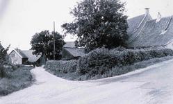 DIA42486 Spijkenisse; ; De Boerderij van Emmerzael, zicht op de Hekelingse Stoep en de Achterweg, met het huis van Bas ...