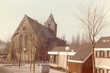 AB_KERKPLEIN_036 De Dorpskerk van Abbenbroek, met op de voorgrond het Dorpshuis; ca. 1990