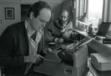 AB_PERSONEN_017 Rik Hoogendoorn en Jos van Oost aan het werk bij Stichting Without feathers; 16 januari 1986