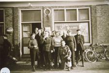 AB_WATERSNOODRAMP_057 Hulpverleners - onder andere particulieren en Leidse studenten - voor café Herrewijnen, het ...
