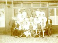 BR_SCHOLEN_AMBACHTSSCHOOL_027 Brielle; Klassenfoto van leerlingen van de Ambachtsschool 1921/1922, links leraar Dorus ...